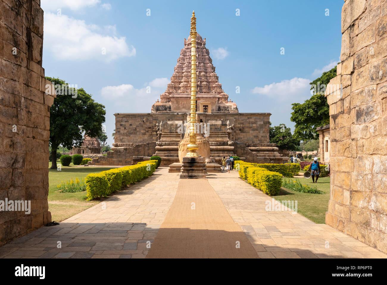 La entrada principal del Templo Brihadisvara en Gangaikonda Cholapuram con turistas que visitan en un día soleado con el cielo azul. Foto de stock