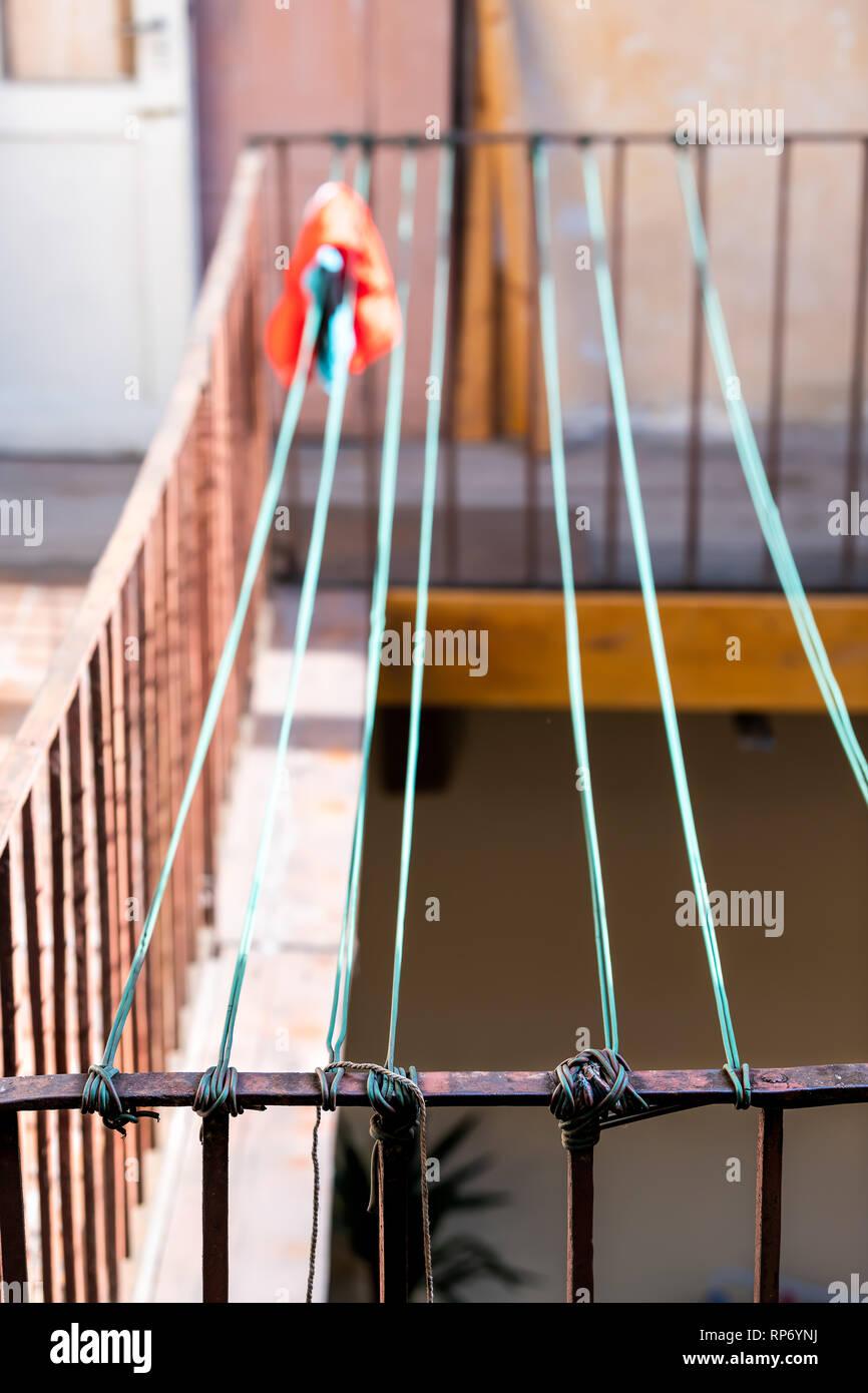 Primer Plano De Green Cuerda Para Colgar La Ropa En Verano Rack De Secado En Tendedero Línea En Ucrania Por Parte De Antiguos Edificios De Apartamentos Vintage Lviv Ucraniano Fotografía De Stock