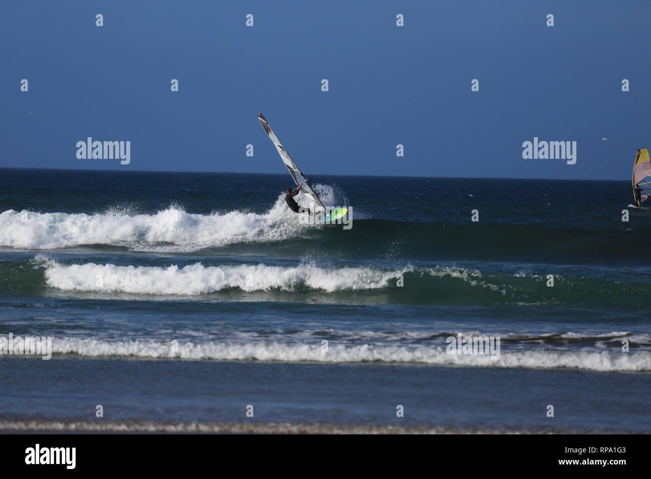 Windsurf en la salvaje costa atlántica, en el condado de Kerry, Irlanda Imagen De Stock