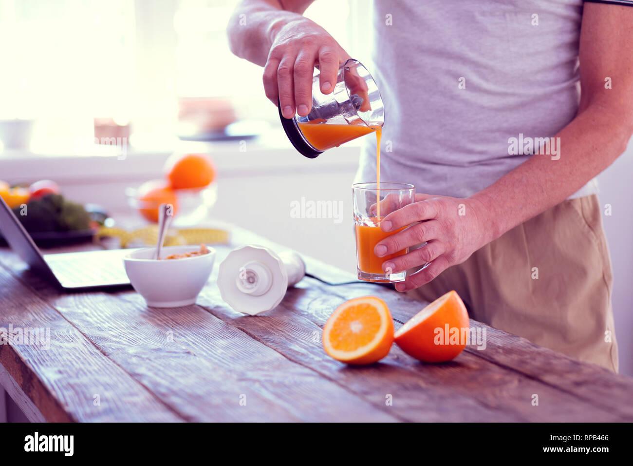 Experimentada deportista beber zumo de naranja en la mañana cada día Imagen De Stock