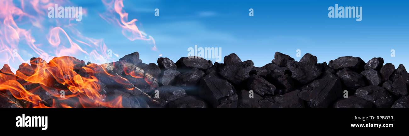 Un montón de carbón negro quemaduras y libera dióxido de carbono a la atmósfera, entre otros venenos. Imagen De Stock