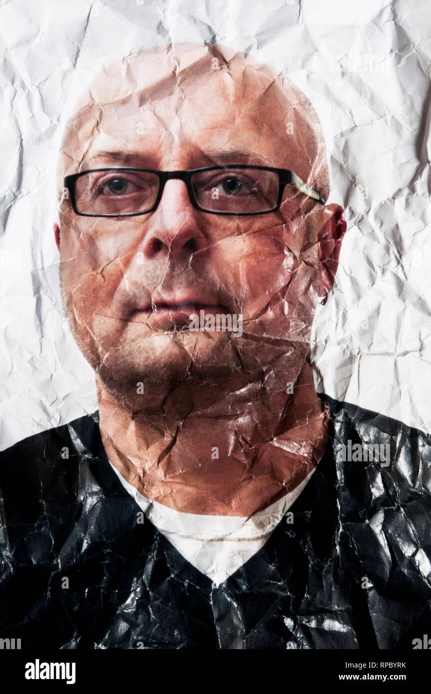 Foto retrato de un hombre calvo con anteojos y arrugado arrugado, concepto de envejecimiento Imagen De Stock