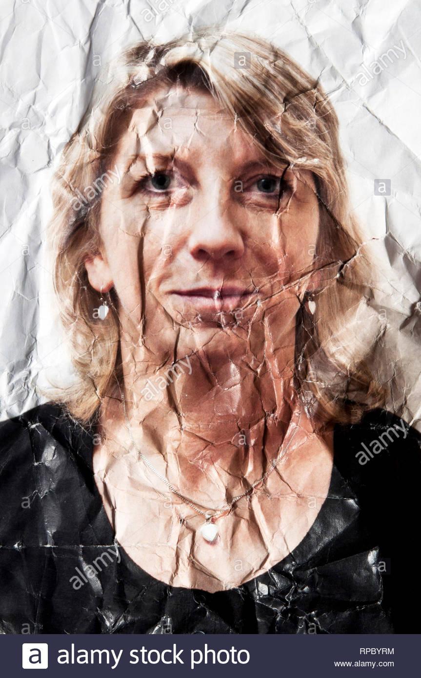 Foto retrato de una mujer rubia, doblado y arrugado, concepto de envejecimiento Imagen De Stock