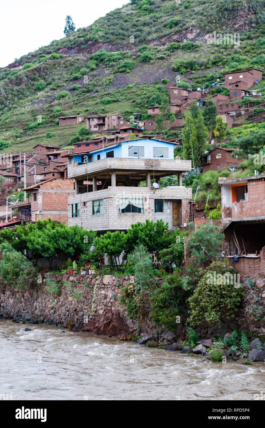 Casa tradicional en el borde del río Urubamba en Pisac - Cusco. Foto de stock