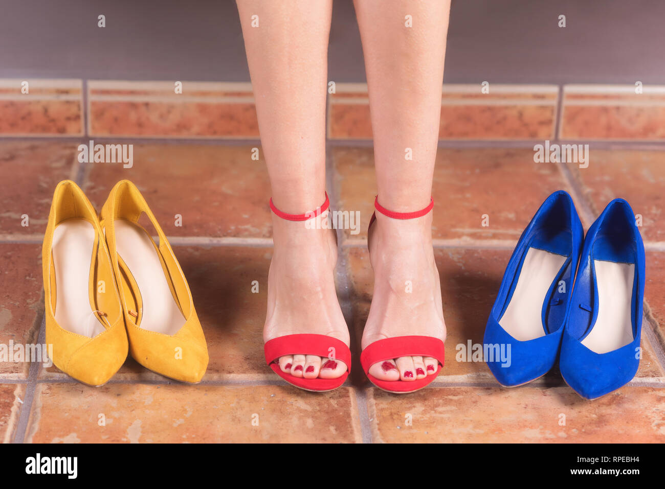 7f081efa45d Lady Trying Shoe Imágenes De Stock   Lady Trying Shoe Fotos De Stock ...