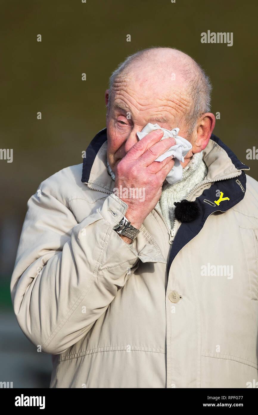 Sheffield, South Yorkshire, Reino Unido. 22 Feb, 2019. Tony Foulds ondas y con lágrimas en los ojos durante el Mi Amigo flypast en Endcliffe Park, Foto de Crédito: Richard Holmes/Alamy Live News Imagen De Stock
