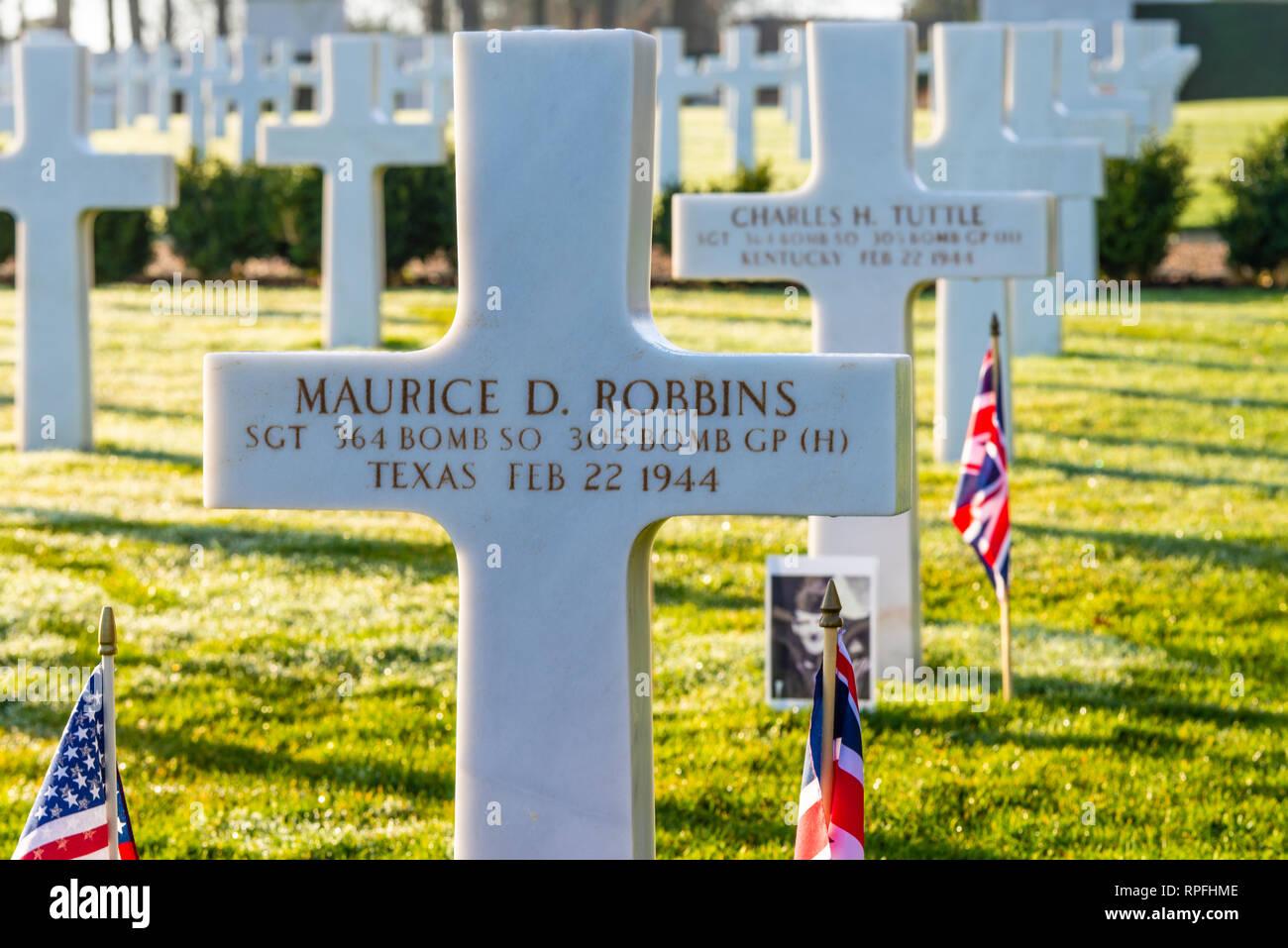 Un flypast de nosotros y aviones de la RAF ha sido organizado para volar sobre el sitio del accidente del bombardero B-17 'Mi Amigo' por el 75º aniversario del evento en Sheffield. Los cazas F-15 de la USAF continuó en el Cementerio Americano de Cambridge en 3 de los 10 tripulantes están enterrados. El Sargento Harry W Estabrooks, el sargento Maurice D Robbins y el Sargento Charles H Tuttle fueron recordados en una ceremonia en el cementerio antes del flypast. Sus inscripciones resaltada con arena de las playas de Normandía. Otros 7 tripulación vuelve a nosotros Imagen De Stock
