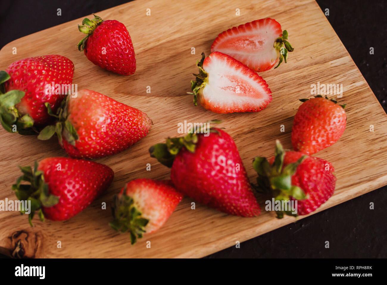 Las fresas en un fondo negro Imagen De Stock