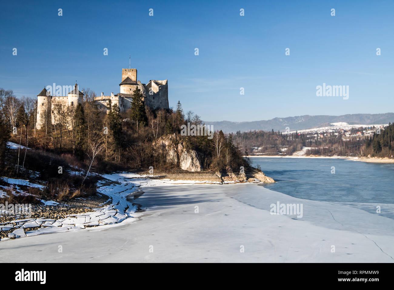 Dunajec Avance castillo en Niedzica, Polonia, Czorsztyn lago. Vista invernal. Foto de stock