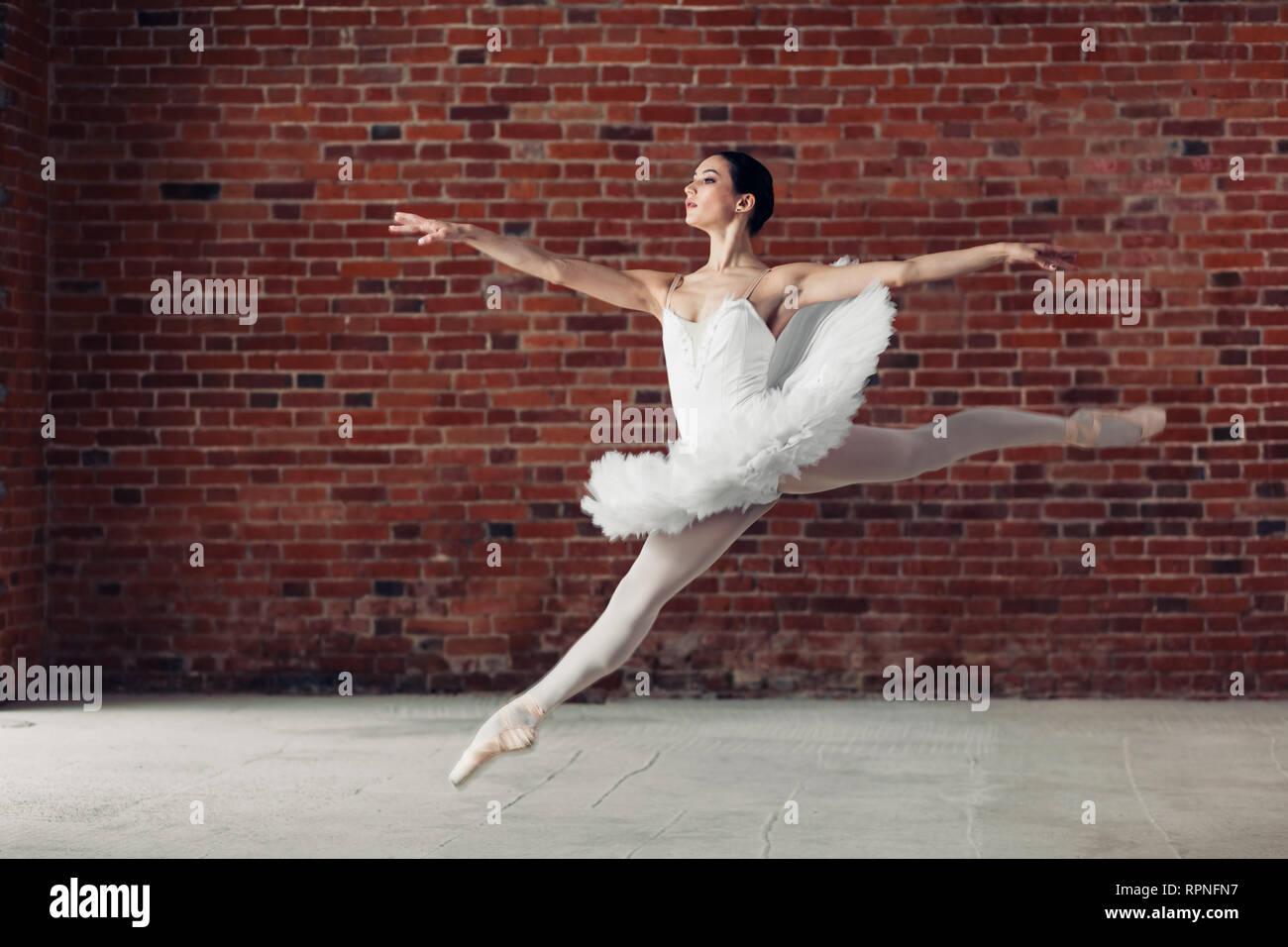6074445533 Atractiva bailarina haciendo un salto