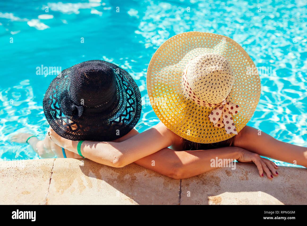 Su madre y su hija adulta de relax en la piscina del hotel. Gente disfrutando de las vacaciones de verano. Día de la madre Foto de stock
