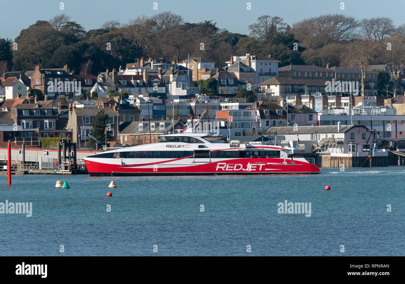 Cowes, Isla de Wight, Reino Unido, febrero de 2019. Un ferry de pasajeros, RedJet 6 llegando desde Southampton en el terminal en el río Medina. Foto de stock