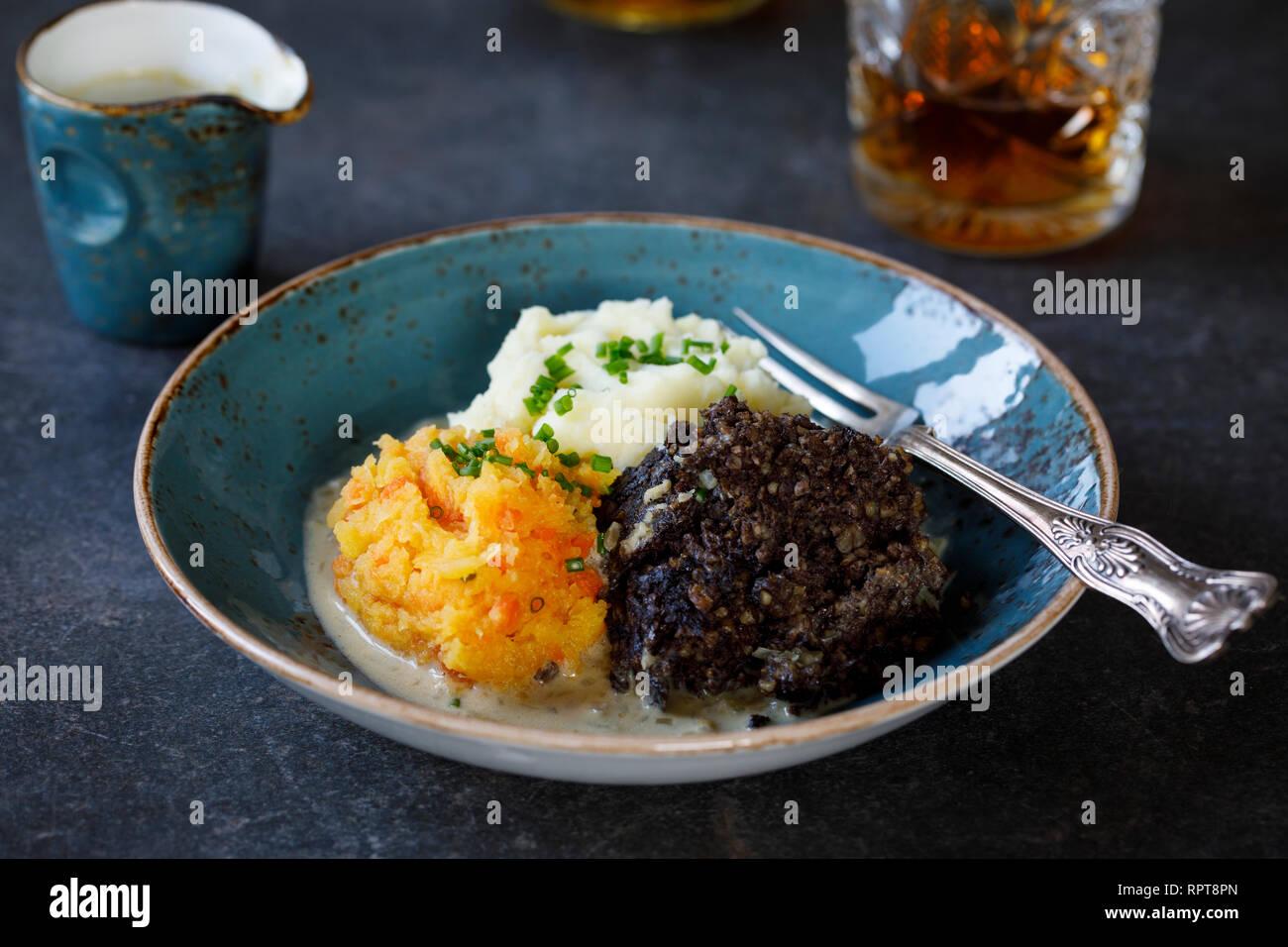 Plato escocés de haggis, neeps y tatties, comida servida en la noche de Burns traditionaly Foto de stock