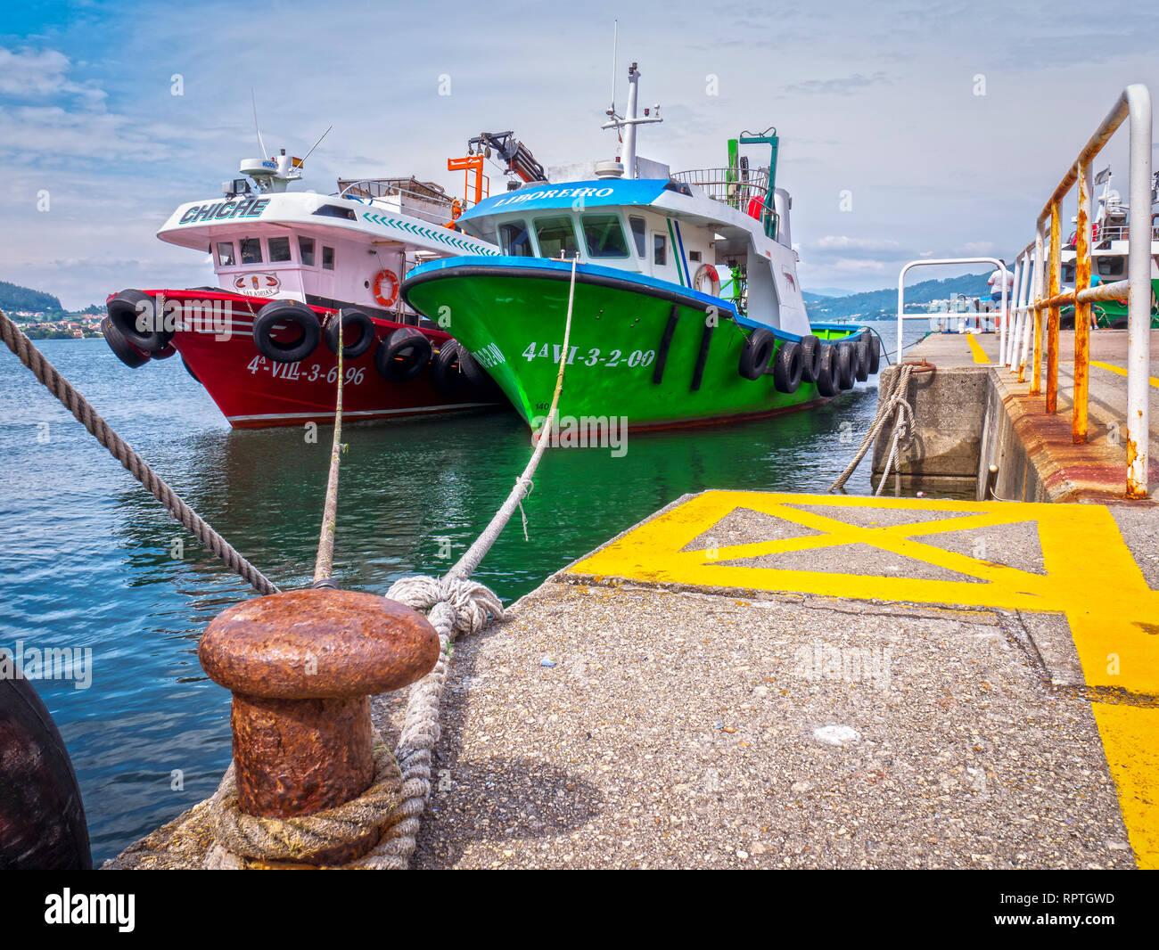 Barcos pesqueros en el Puerto de San Adrián en la Ría de Vigo. Pontevedra. Galicia. España Foto de stock