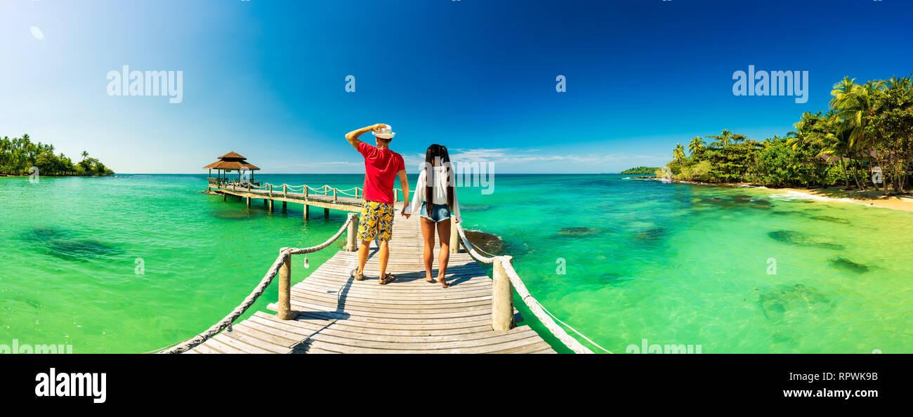 Hermosa pareja joven relajándose en una exótica playa desde Seychelles. El amor de pareja en los viajes de luna de miel en la exótica isla Foto de stock
