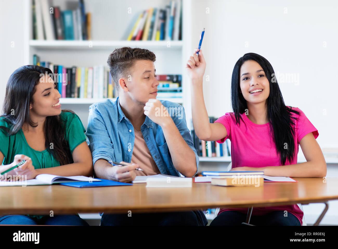 Estudiante mexicano levantando la mano en el aula de la escuela Imagen De Stock