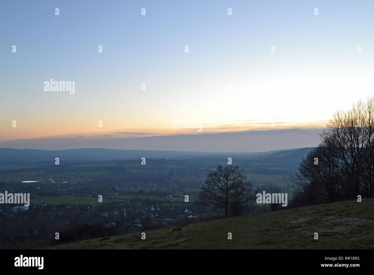 Una capa de nubes bajas oscurece el Atardecer visto desde abajo Fackenden un punto alto en el valle cercano Darent Shoreham, Kent, en invierno (febrero). La SEIC Foto de stock