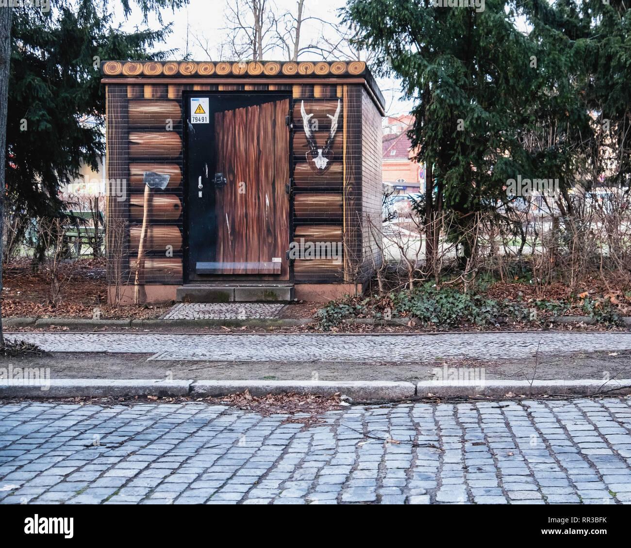 Heidelberger Platz, Wilmersdorf-Berlin.Cuadro de utilidad disfrazado forester's Shed - Pintura de troncos, ax y ciervos antlters Foto de stock