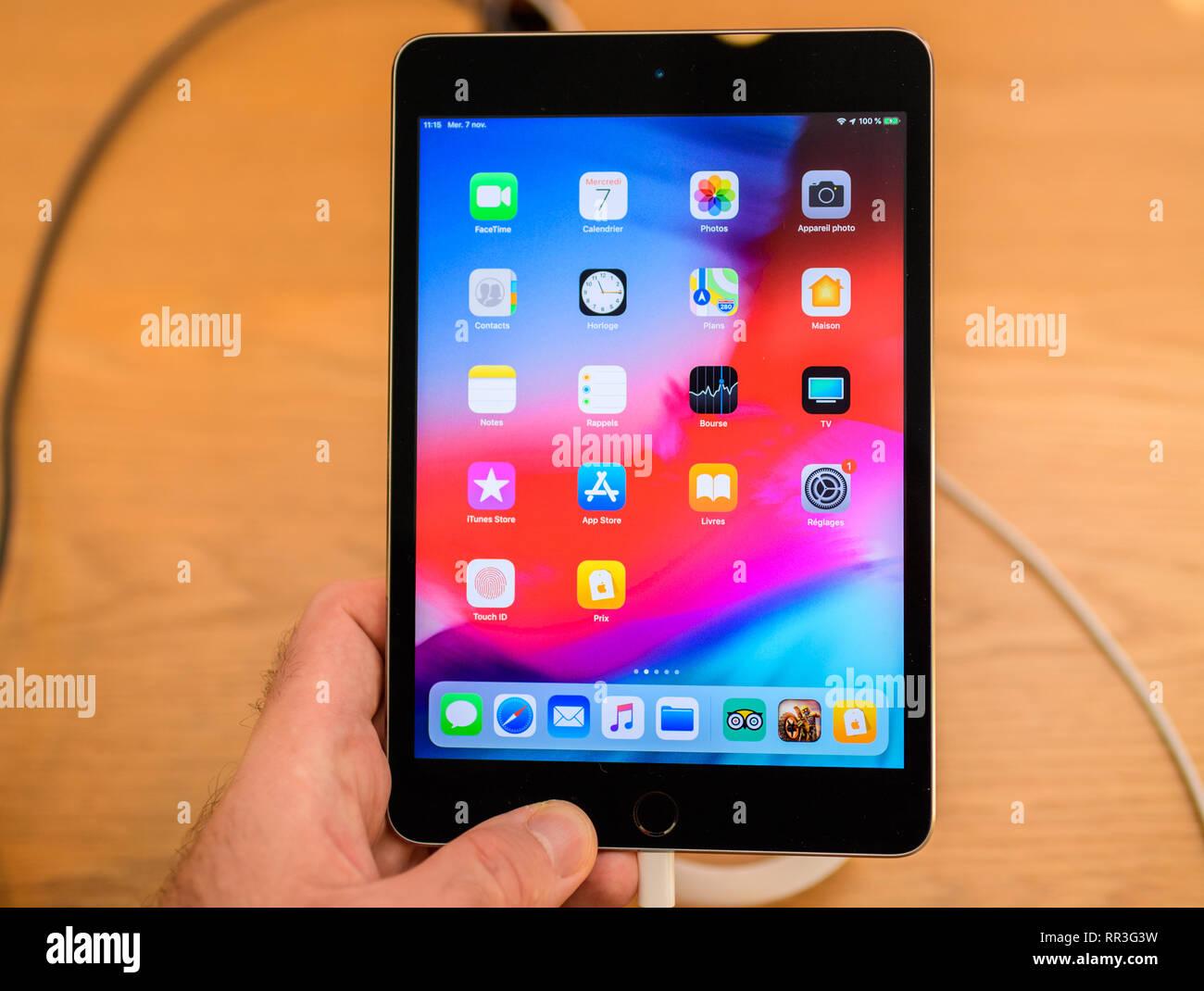 París, Francia - Nov 7, 2018: el cliente POV perspectiva personal experimentando iPad mini tablet Imagen De Stock