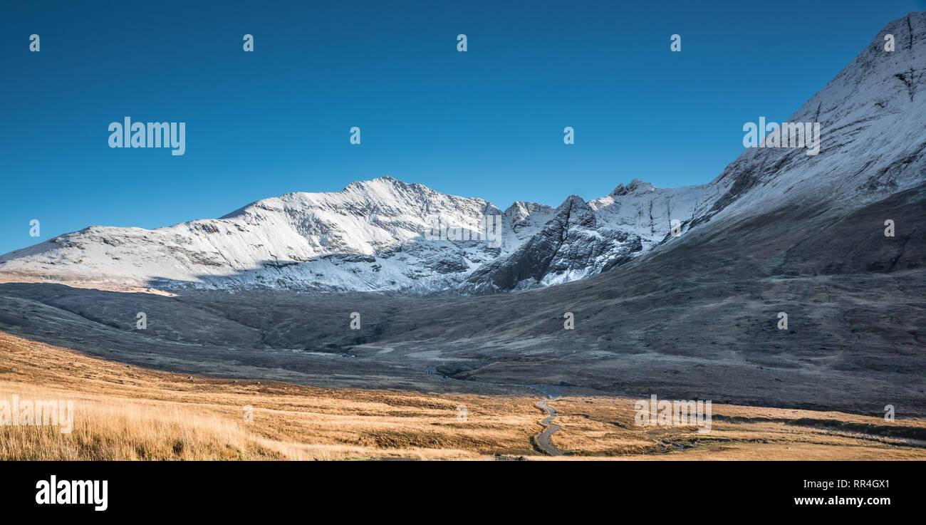 Ruta y el paisaje invernal en las montañas cubiertas de nieve de las cumbres rocosas en Glenbrittle Cuillins, Isla de Skye, Escocia Foto de stock