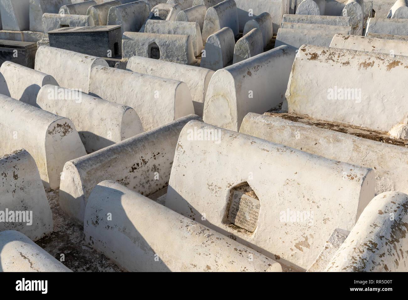 Lápidas blancas, el cementerio judío, en Fes, Marruecos Foto de stock