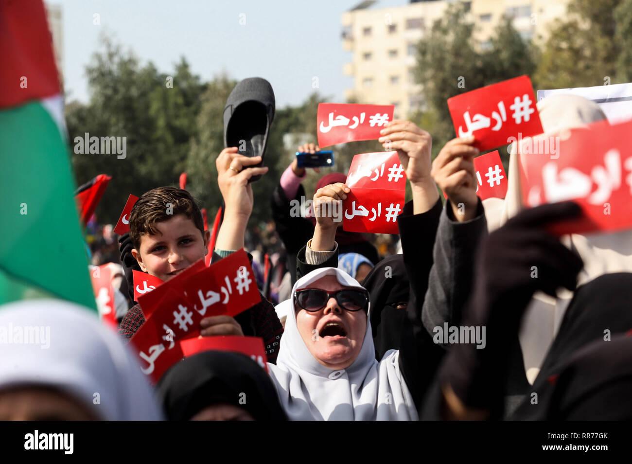 La franja de Gaza. 24 Feb 2019. Los manifestantes palestinos asistir a una manifestación de protesta en la ciudad de Gaza, el 24 de febrero de 2019, exigiendo que el presidente palestino Mahmoud Abbas de paso hacia abajo. Abed Rahim Khatib / despertar / Alamy Live News Foto de stock