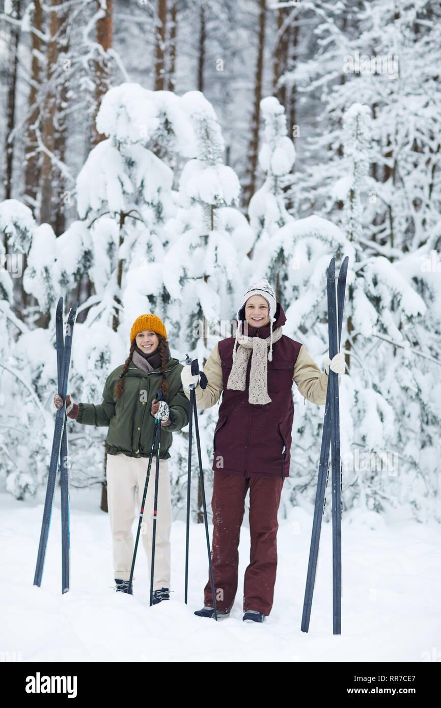 Sportive pareja esquiando en invierno Foto de stock