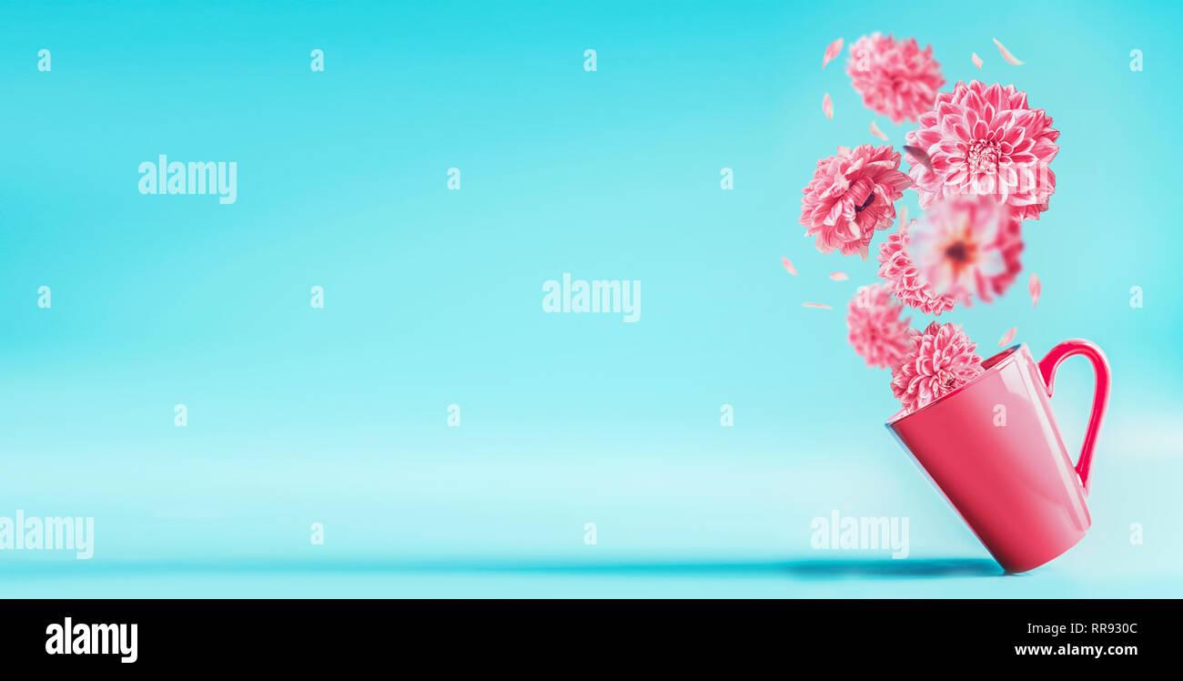 Copa Rosa Con Hermosas Flores Volando En El Azul Turquesa De