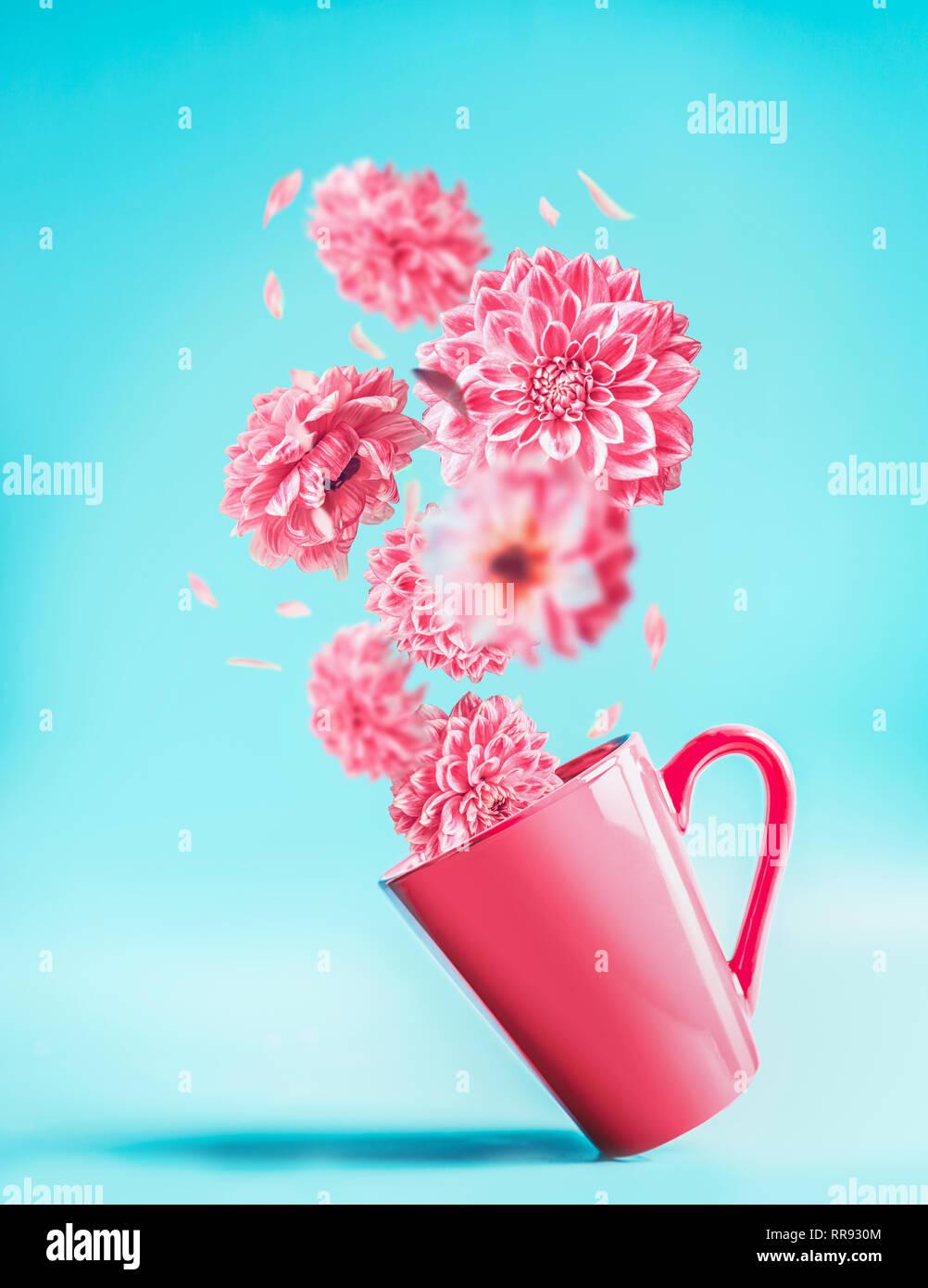 Copa Rosa Con Bonitas Flores Volando En El Azul Turquesa De