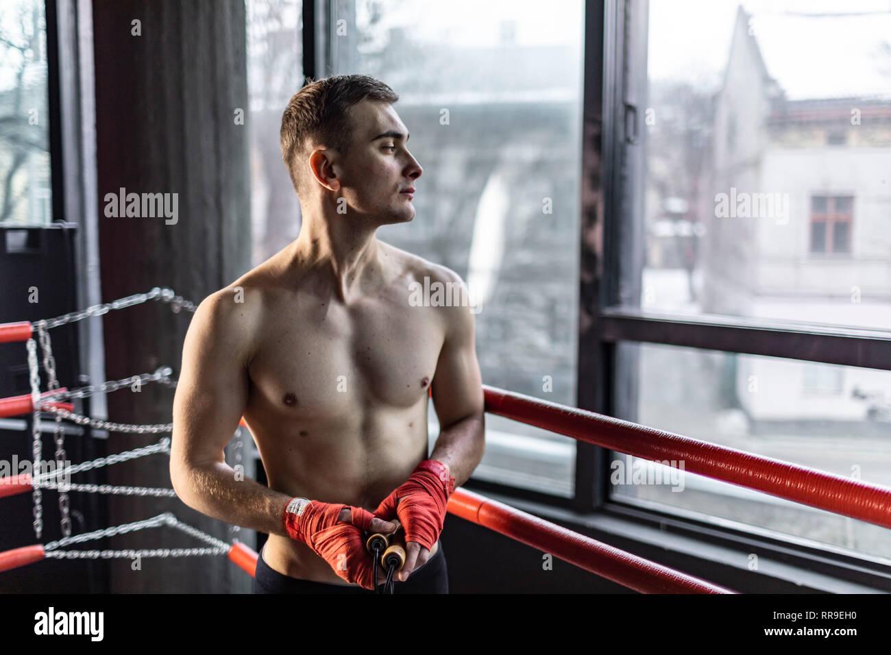 Retrato del lado del Athletic Boxer Hombre en el anillo Imagen De Stock