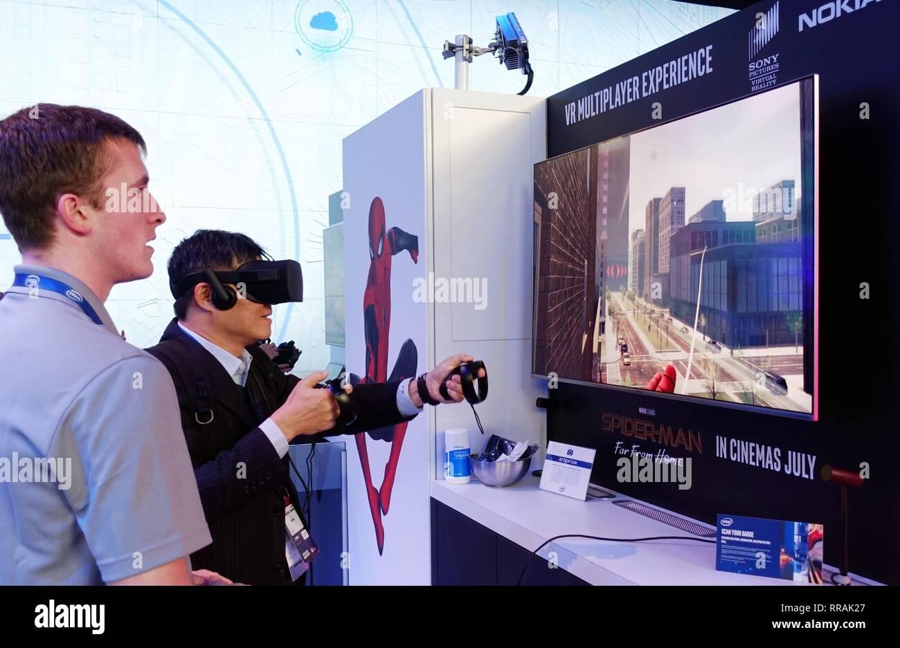 Barcelona, España. 25 Feb, 2019. Un visitante juega juegos VR en el Mobile World Congress 2019 (MWC) en Barcelona, España, 25 de febrero, 2019. Los cuatro días de 2019 MWC inauguró el lunes en Barcelona. Crédito: Guo Qiuda/Xinhua/Alamy Live News Foto de stock