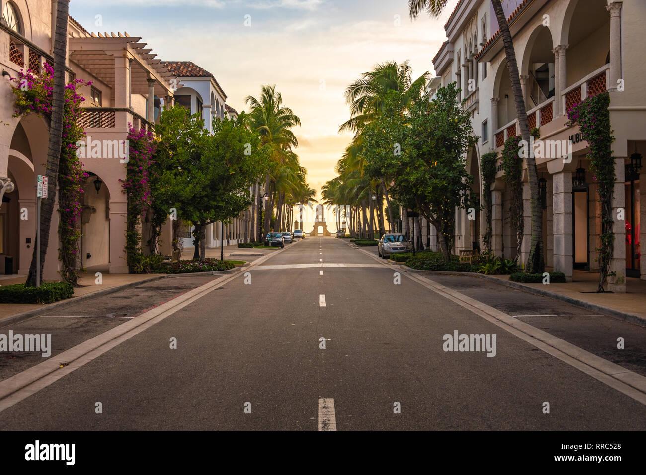 Amanecer sobre el Océano Atlántico en Worth Avenue en Palm Beach, Florida, famosa en todo el mundo por compras de lujo. (Ee.Uu.) Foto de stock