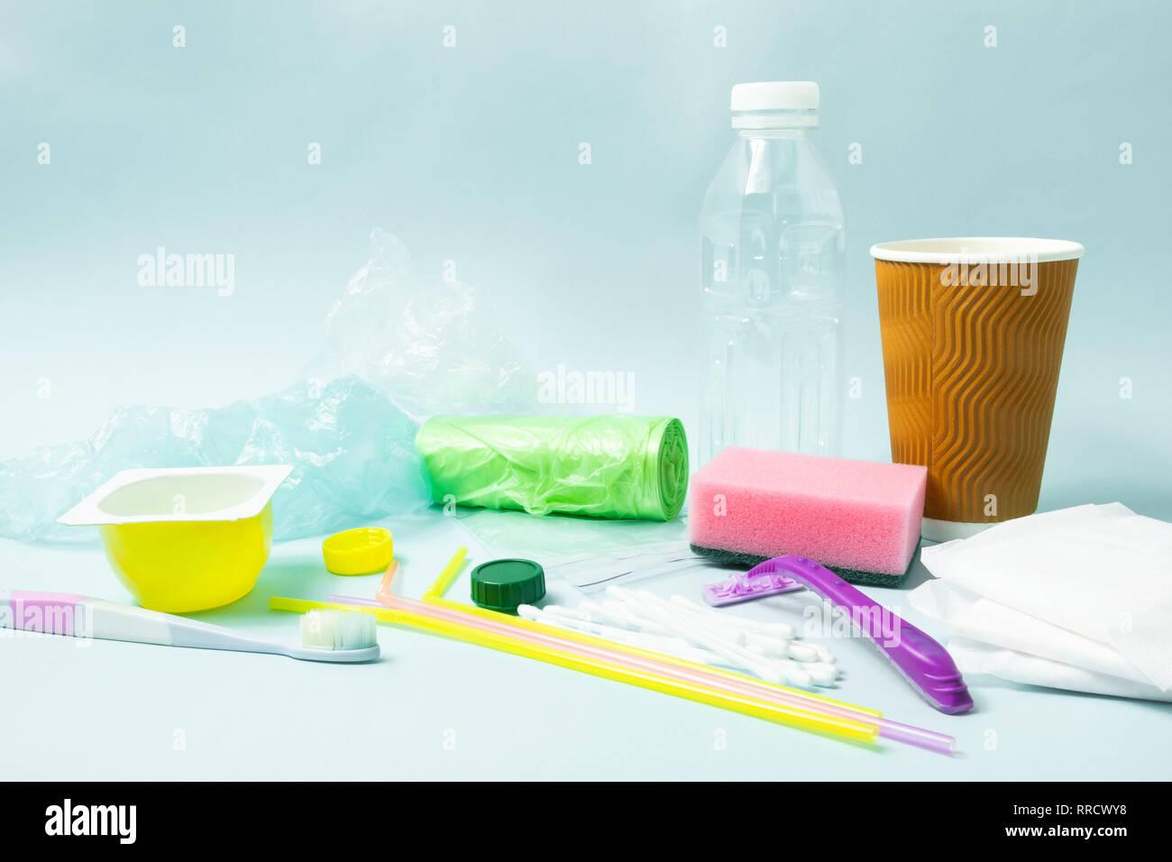 Concepto: residuos de plástico de un solo uso varitety objetos que se tiran cada día. Botella de plástico, artículos de higiene y embalaje plástico representando ecolo Imagen De Stock