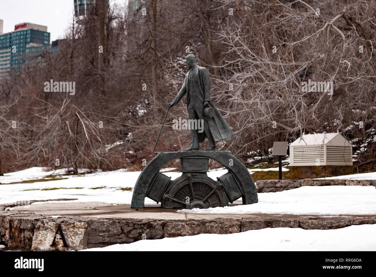 Nikola Tesla Escultura en el parque Queen Victoria en Niagara Falls, Canadá. El monumento fue diseñado por el escultor Les Drysdale y abrió sus puertas en 2006. Imagen De Stock