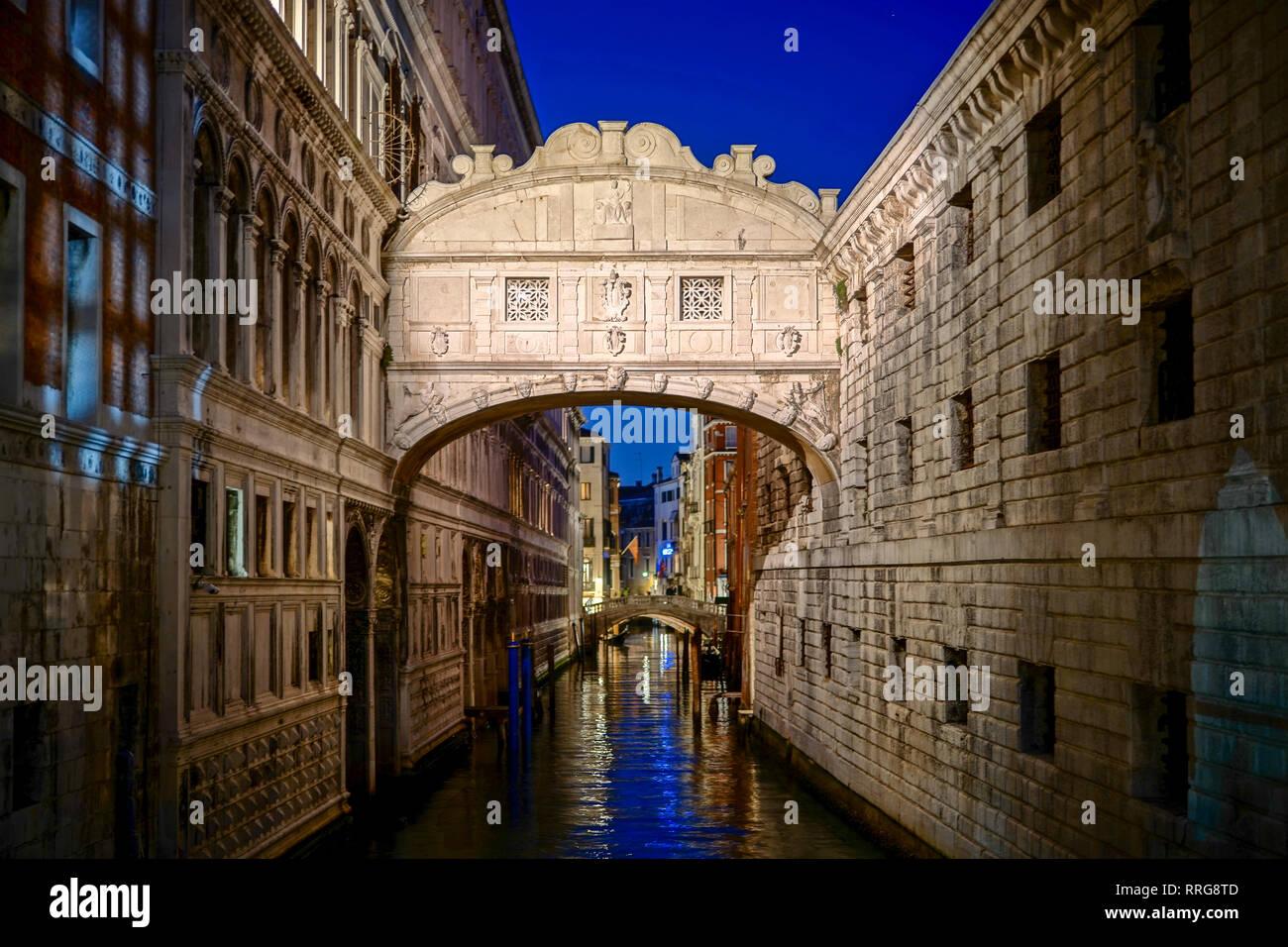 El Puente de los suspiros de noche en Venecia. A partir de una serie de fotos de viaje en Italia. Foto Fecha: lunes, 11 de febrero de 2019. Foto: Roger Garfield/Alamy Foto de stock