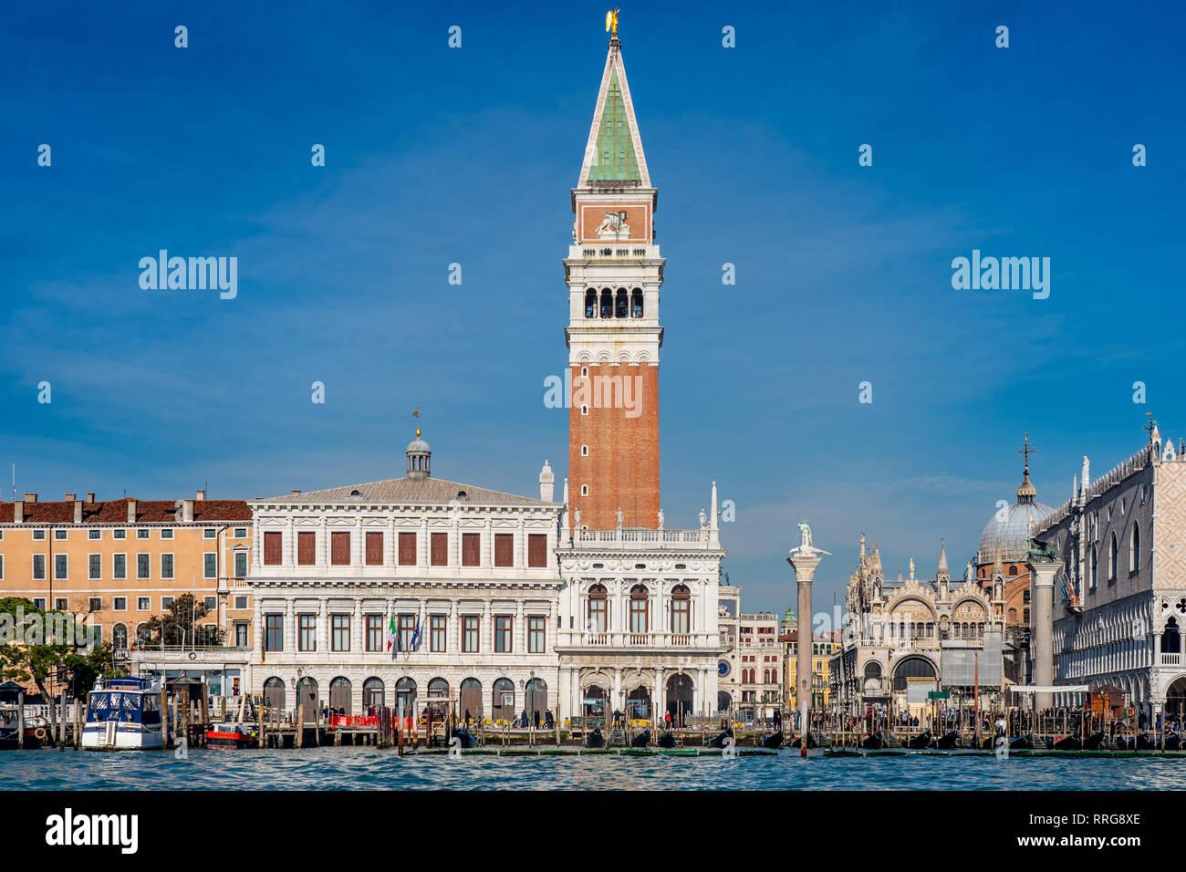 Vistas del Campanile de San Marcos y el Palacio Ducal de Venecia. A partir de una serie de fotos de viaje en Italia. Foto Fecha: lunes, 11 de febrero de 2019. Foto: R Foto de stock