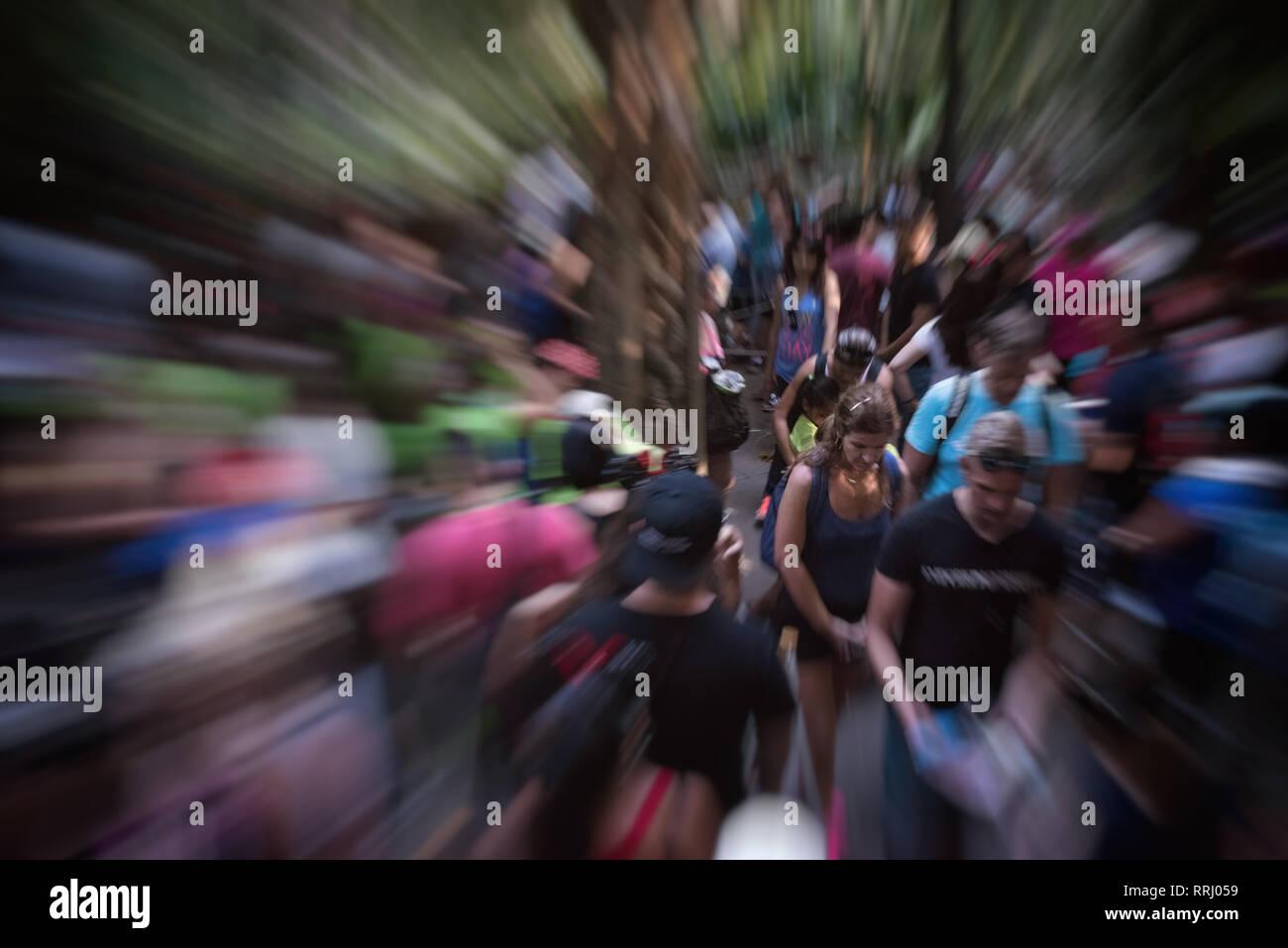 Una multitud de gente en un caótico, situación estresante. Imagen De Stock