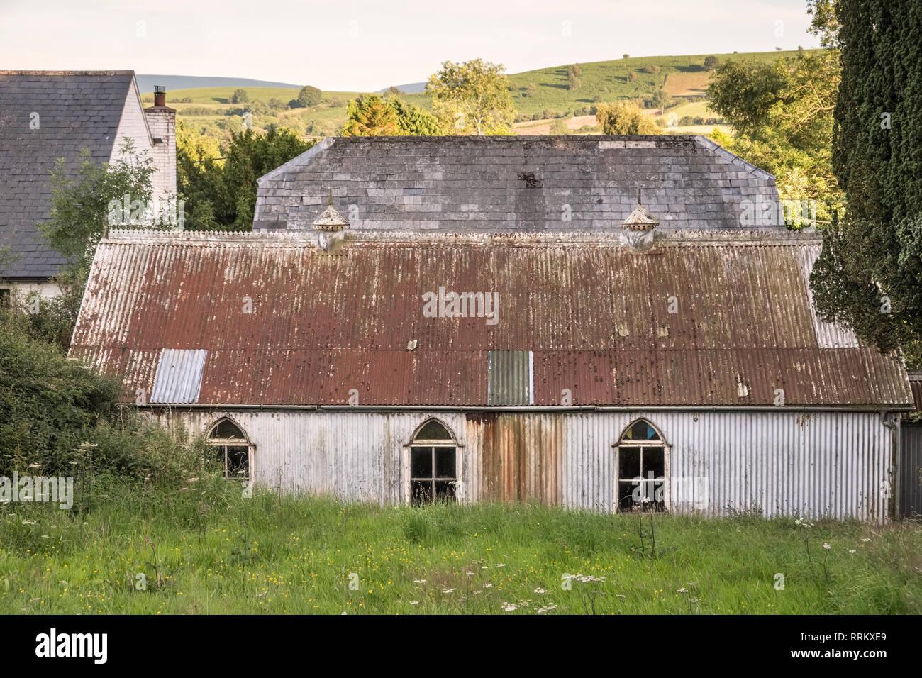 19c la antigua aldea de hierro ondulado de aula y la sacristía (junto a la capilla de Adullam Bautista) en Painscastle, Powys (Gales) Foto de stock