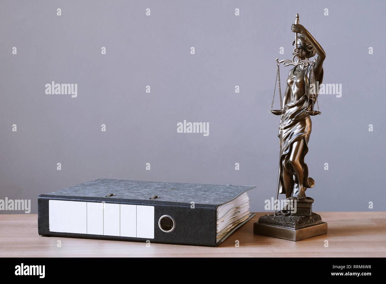 Lady Justice o justitia estatua y carpeta de archivos en el escritorio - derecho y el concepto jurídico - fondo con espacio de copia Foto de stock