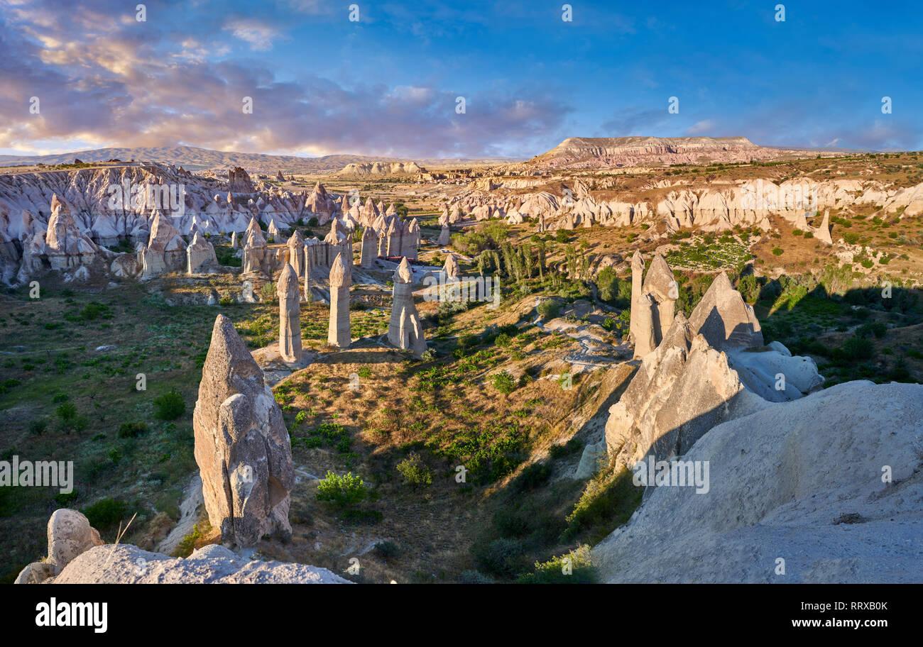 """Fotos e imágenes de la hada Chimney Rock formaciones rocosas y pilares de """"amor"""" cerca del Valle de Goreme, Capadocia, Nevsehir, Turquía Foto de stock"""