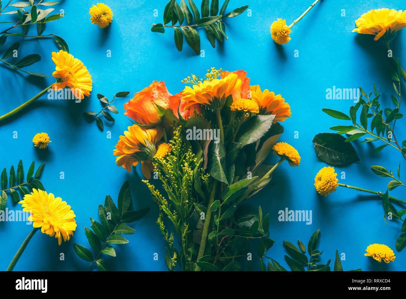 Ramo De Flores De Los Crisantemos Amarillos Y Naranjas Sobre