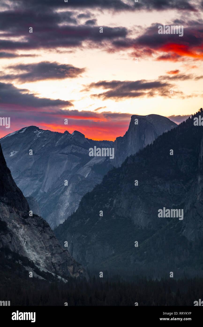 El Parque Nacional de Yosemite el icónico Half Dome, visto desde la vista de túnel tienen vistas al atardecer Foto de stock