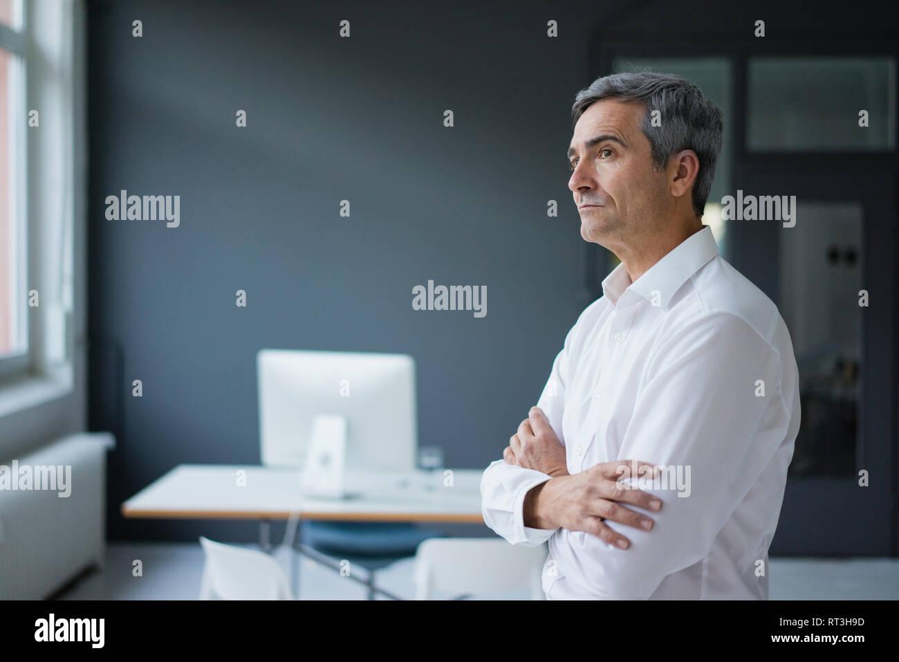 El empresario en la oficina pensando Foto de stock