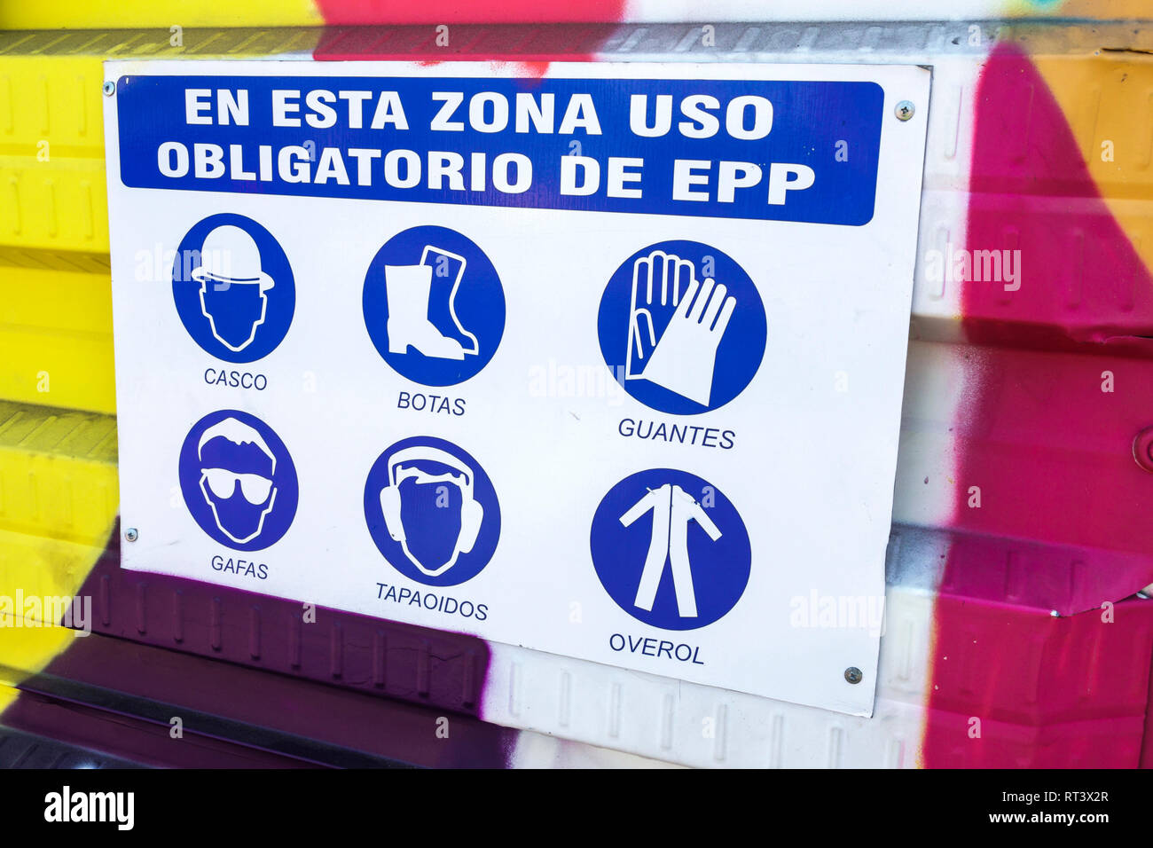 Cartagena Colombia el centro de la ciudad amurallada vieja Centro Español Sitio en construcción trabajar pautas de seguridad requisitos sombrero duro botas gl Imagen De Stock
