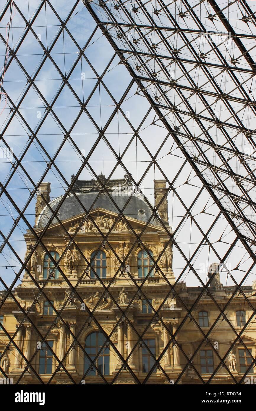 Y la pirámide del Louvre Foto de stock