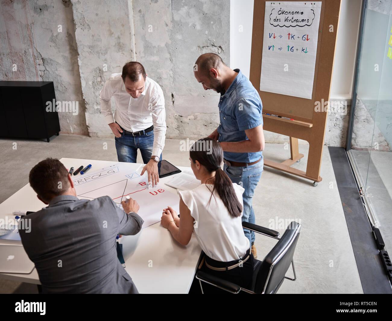 Gente de negocios tras una reunión en la sala de conferencias Foto de stock