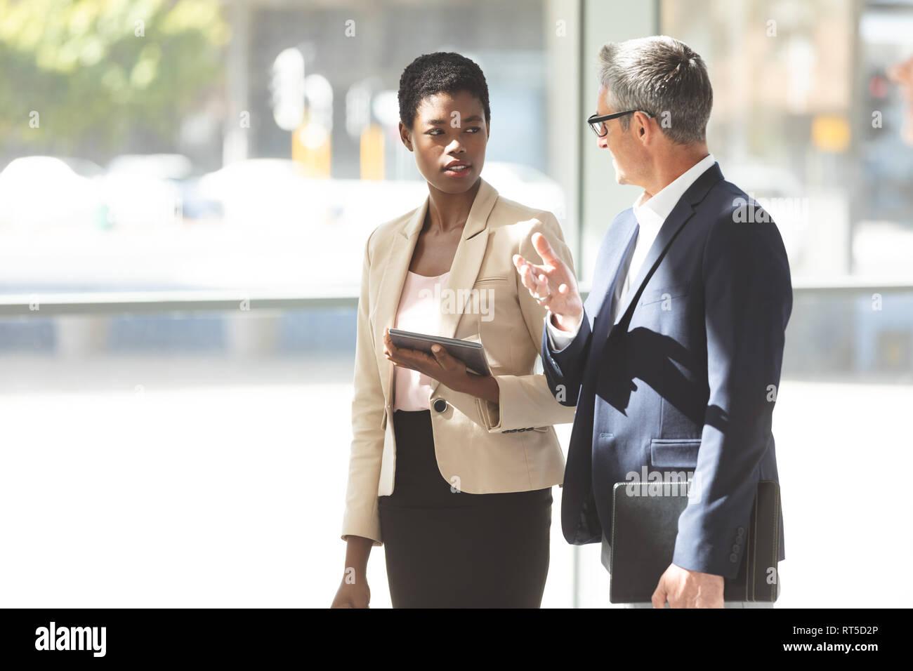 La gente de negocios que interactúan unos con otros en el vestíbulo Foto de stock