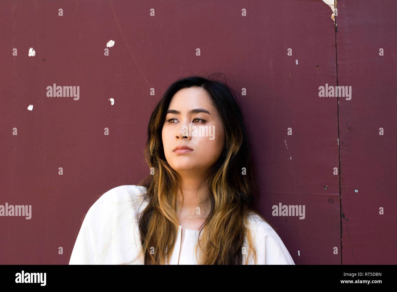 Retrato de mujer joven serio mirando a distancia Foto de stock