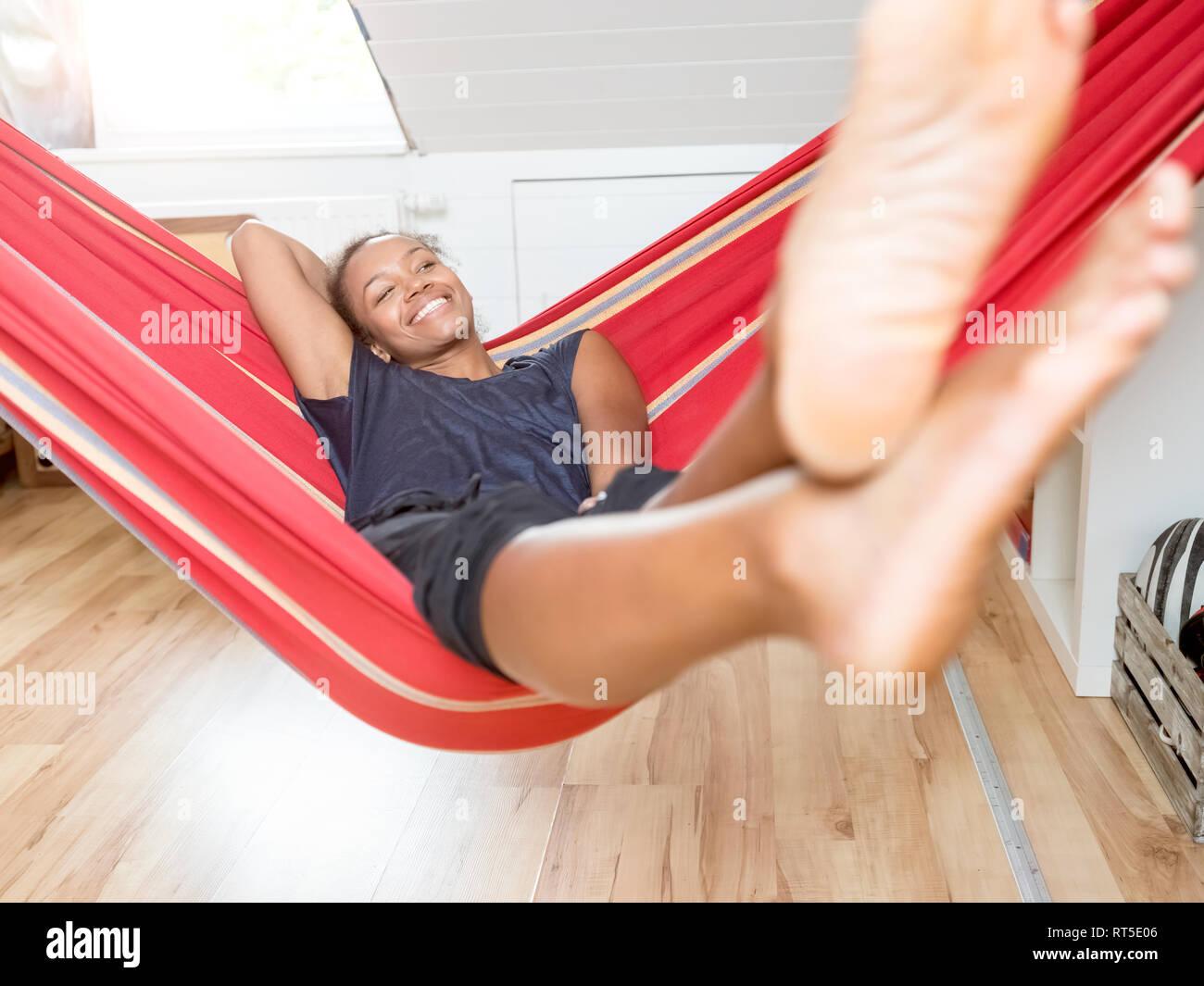Mujer sonriente tumbado en la hamaca Imagen De Stock