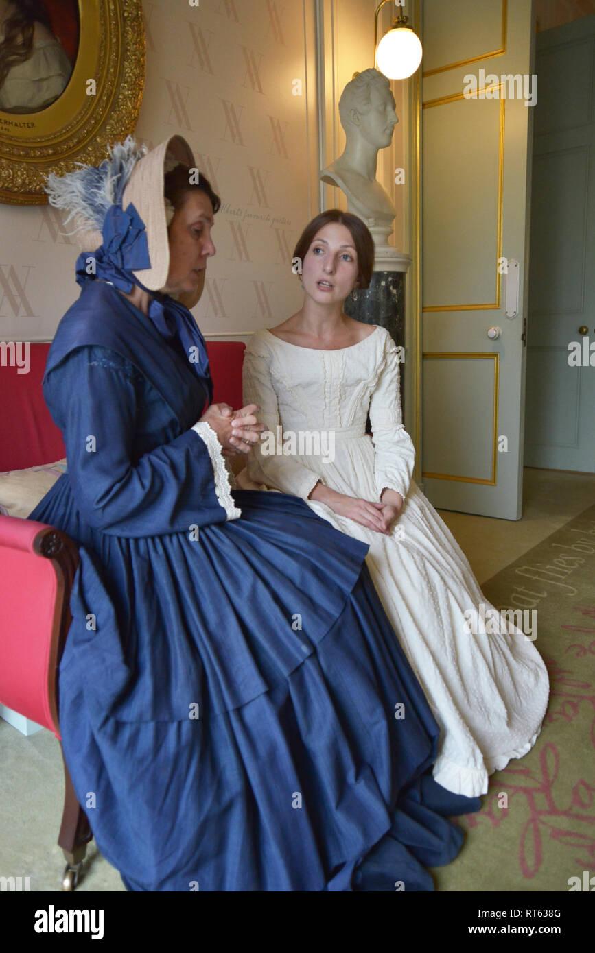 Dos Mujeres En La época Victoriana En Vestidos Sentarse Y